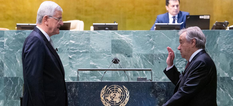 António Guterres (derecha) jura su segundo mandato de cinco años como Secretario General de las Naciones Unidas. El juramento lo realiza Volkan Bozkir, presidente de la septuagésima quinta sesión de la Asamblea General de la ONU..