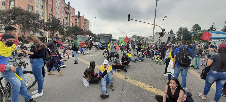 Manifestantes marchan por las calles de Bogotá en Colombia.