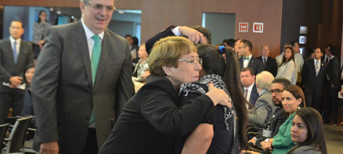 Michelle Bachelet con familiares de los desaparecidos de Ayotzinapa. (Foto de archivo)