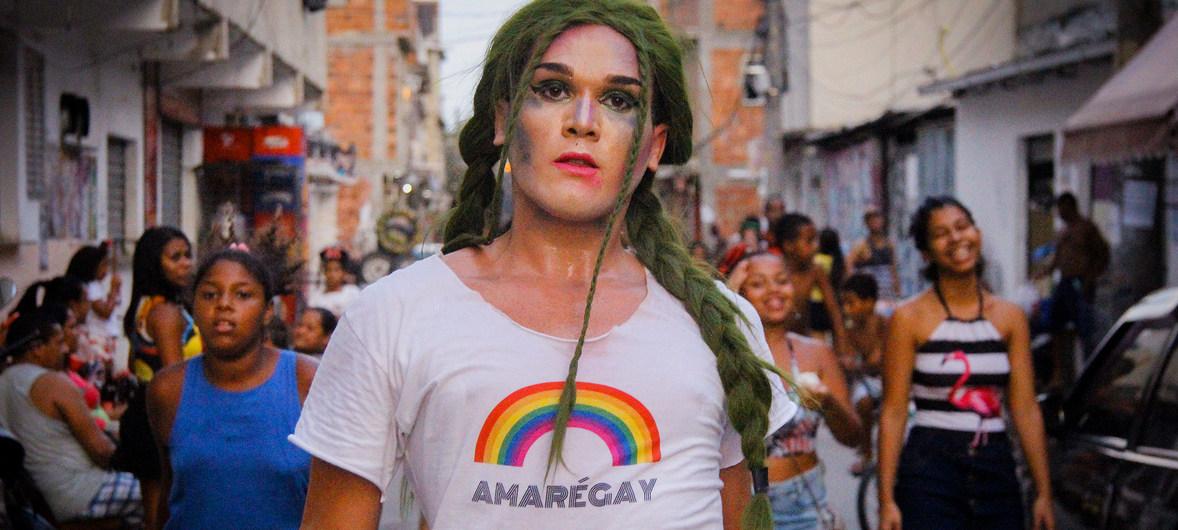 Grita en la favela. Un acitivista con una camiseta donde se lee un logo con la palabra Amarégay, un juego de palabras que usa el nombre de la Favela da Maré, que significa que el amor es gay y Maré es gay.