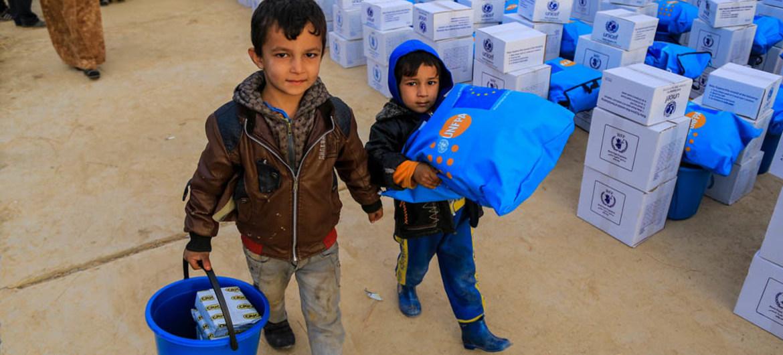 Niños Iraquíes reciben ayuda humanitaria al este de Mosul. Foto: UNICEF/Khuzaie