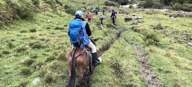 A pie y a caballo, las cerca de 40 personas que participaron en la actividad se adentraron las montañas del Cañón de las Hermosas, zona que fue escenario de combates entre las extintas FARC-EP y las fuerzas militares colombianas.