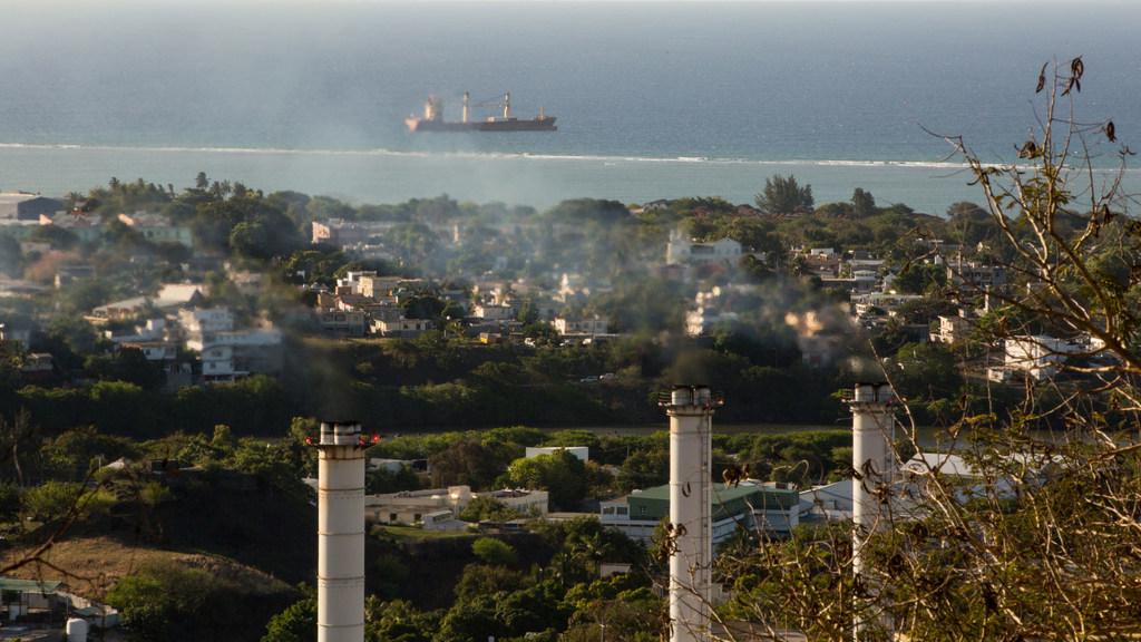 Una planta de energía en Mauricio genera emisiones de gases de efecto invernadero.