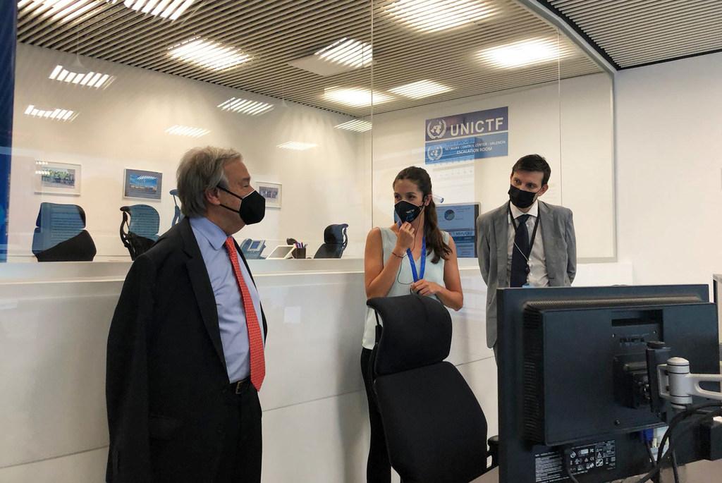 El Secretario General se reune con funcionarios de la ONU en un centro de comunicación e información en la ciudad española de Valencia.