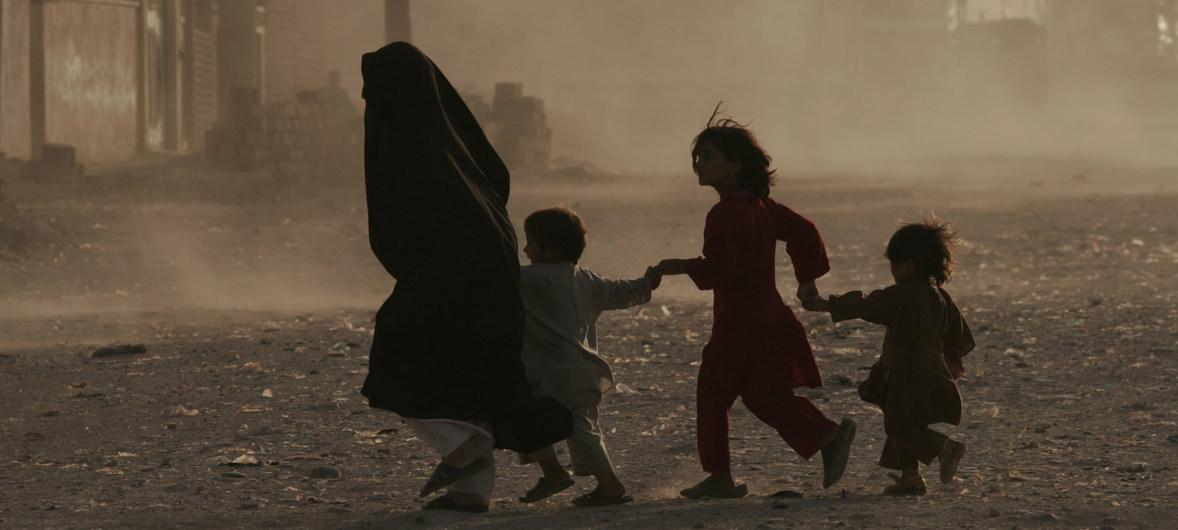 Una familia cruza una calle polvorienta en Afganistán.
