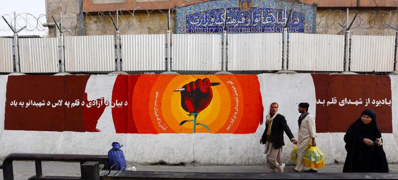 Un mural conmemorativo  en el centro de Kabul recuerda los periodistas muertos en Afganistán en 2016.