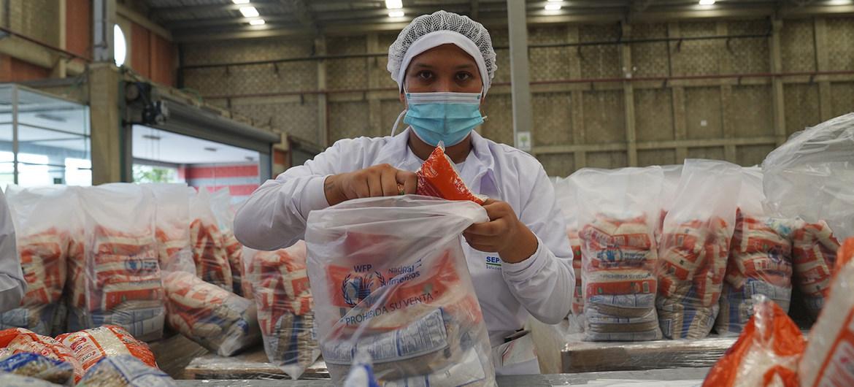 Paquetes de comida para distribuir en escuelas de Venezuela