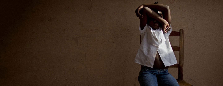 Una niña de ocho años oculta su rostro en un centro apoyado por UNICEF en Haití que proporciona atención y apoyo temporal a los niños víctimas de la trata mientras las autoridades buscan a sus padres. (Foto de archivo)