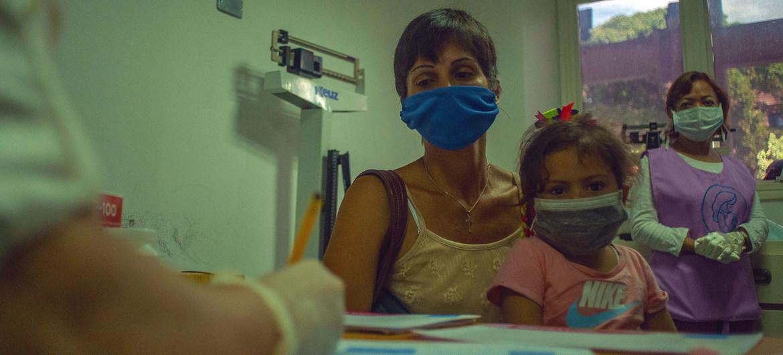 Una madre lleva a su hija a una cita médica en un centro de salud en Caracas, Venezuela.