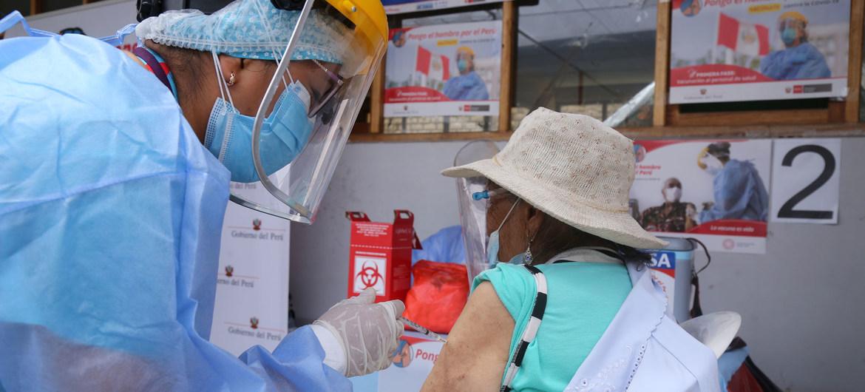 Las personas de edad avanzada comenzaron a recibir las vacunas COVID-19 en Lima, Perú, a finales de marzo de 2021.