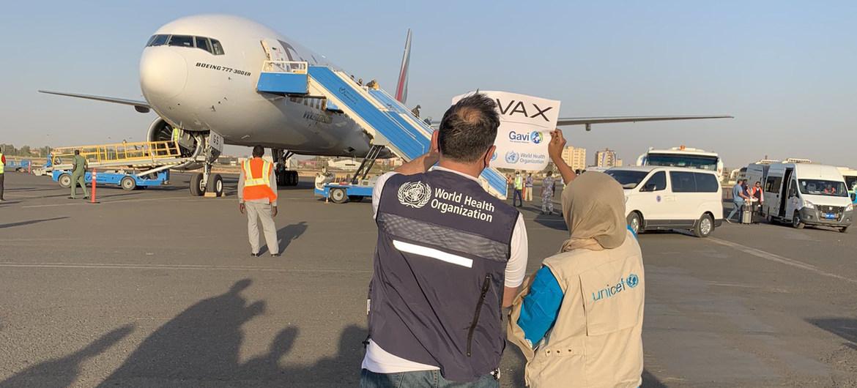 Vacunas COVID-19 de la plataforma COVAX llegan a Sudán, un país en conflicto.