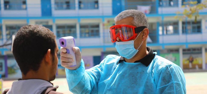 En Gaza, los centros médicos de la UNRWA tiene un sistema para detectar posibles casos de COVID-19
