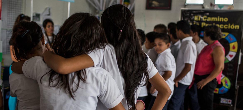 Un grupo de adolescentes participa en un taller de salud sexual y reproductiva en una escuela de San Antonio Las Vegas, una comunidad vulnerable ubicada a las afueras de la capital salvadoreña.