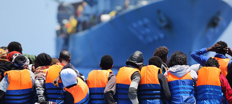 Migrantes cruzando el Mediterráneo rescatados por un buque belga.