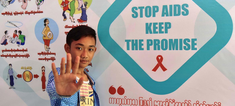 UNICEF realiza campañas en Myanmar para concienciar a la población sobre el VIH-SIDA.