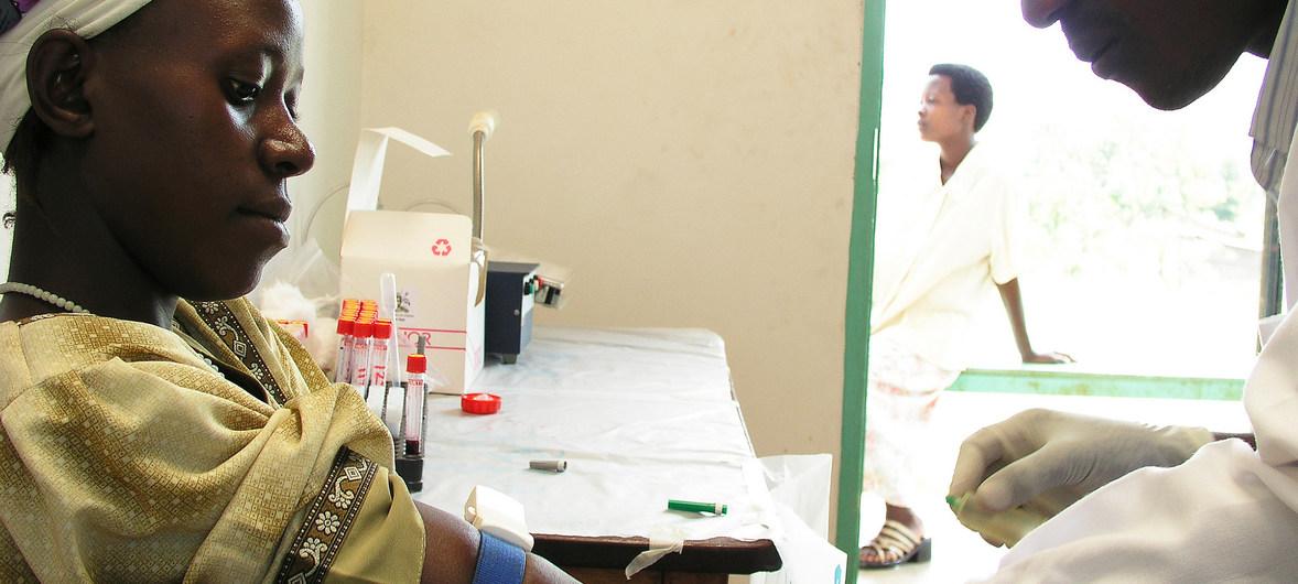 Una mujer se somete a un test de VIH en Mukono, Uganda.