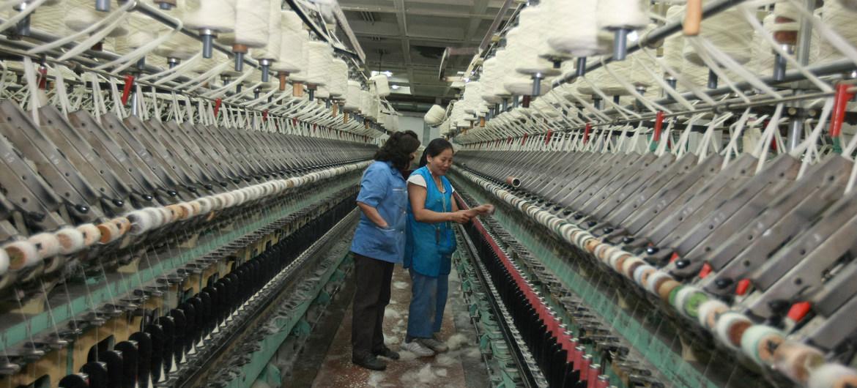 Dos mujeres revisan los telares de una fábrica de alfombras en Mongolia.