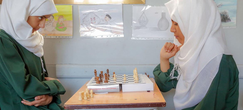 Adolescenes jugando ajedrez en una escuela en Sana´a, Yemen.