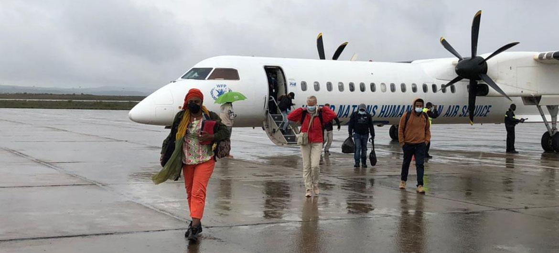 Trabajadores humanitarios llegan a Mekelle en la región etiope de Tigray en el primer avión de pasajeros que aterriza en la zona en más de un mes