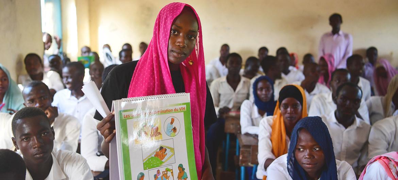 Una joven voluntaria imparte información sobre la salud sexual y reproductiva a los estudiantes de una escuela preparatoria en Chad.