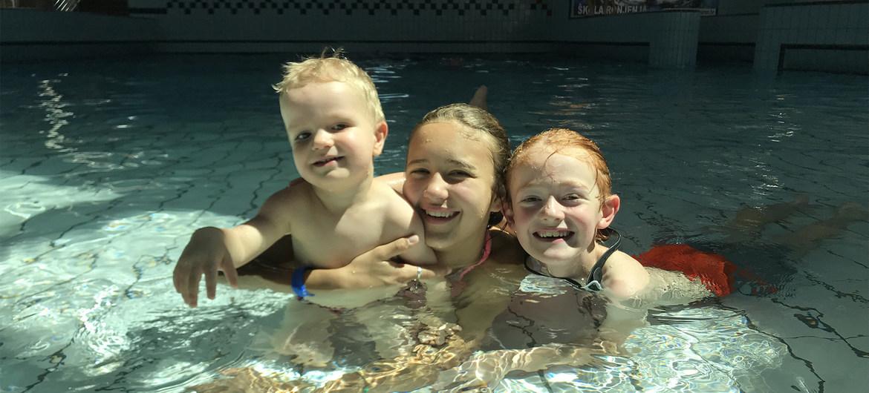 Niños pequeños juegan en una piscina