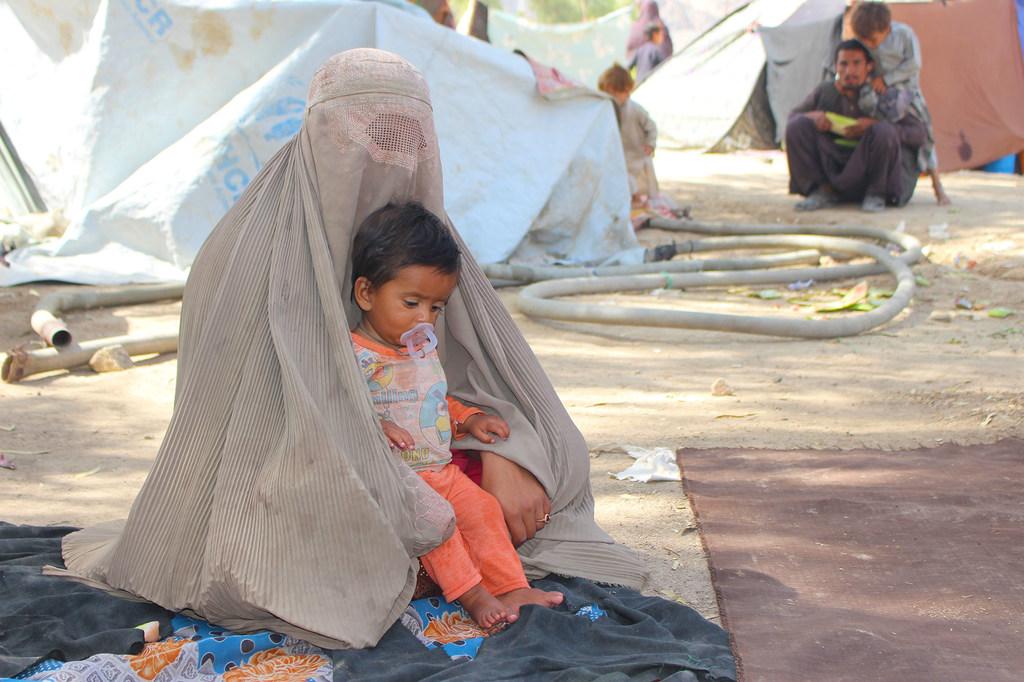 Una madre y su hijo en el campo de desplazados internos de Haji, en Kandahar (Afganistán).