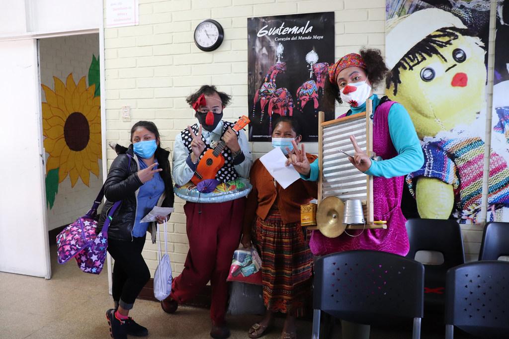 """Miembros de """"Me quito el sombrero producciones"""", una compañía teatral guatemalteca dedicada a la creación de espectáculos circenses, acompañan a uno de los niños migrantes retornados en el proceso de reunificación y salida del albergue."""