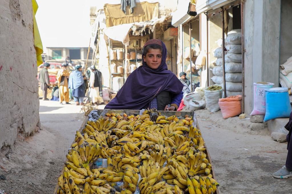Un niño de 12 años, que no va a la escuela, vende plátanos en la provincia de Uruzgan, en el oeste de Afganistán.