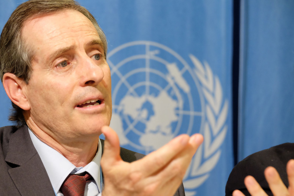 José Manuel Santos País, miembro del Comité de Derechos Humanos, se dirige a los periodistas.