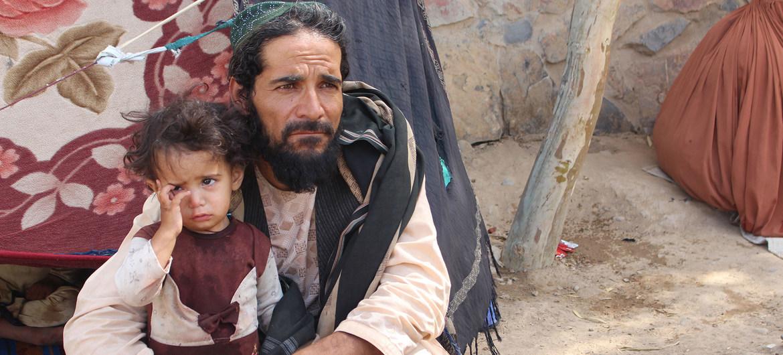 Un padre y su hija en un campo de desplazados, dos de los 18 millones de personas que necesitan ayuda humanitaria en Afganistán, .