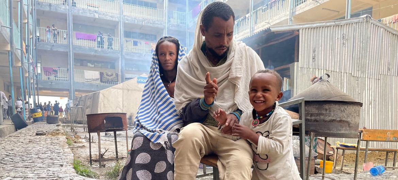 Esta familia de Samre, en el suroeste de Tigray, caminó dos días para llegar a un campamento para desplazados en Mekelle.
