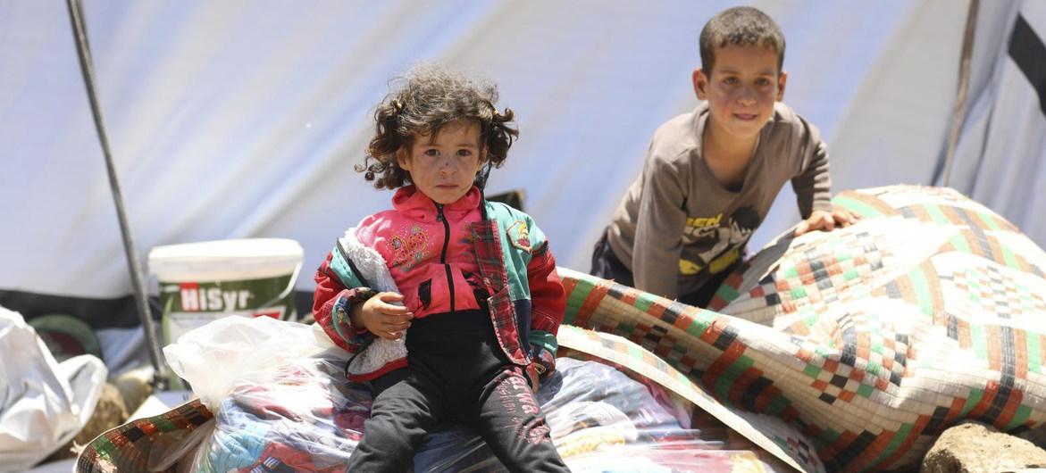 Las familas que huyen de la creciente violencia en Daraá construyen campamenos improvisados en la frontera suroeste de Siria.