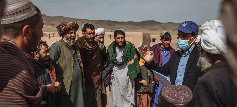 La OIM apoya a las familias desplazadas en Afganistán, proporcionándoles refugio y protección de emergencia.