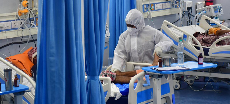 Pacientes de COVID-19 en una unidad de cuidados intensivos en Mumbai, India.