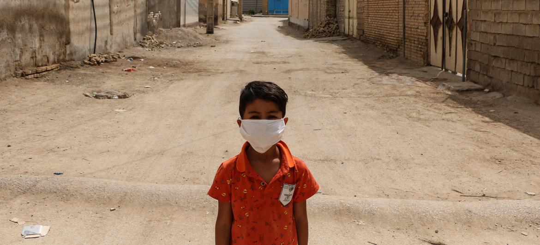 Un niño en un barrio pobre de la ciudad iraní de Ahvaz. El país se encuentra entre aquellos sujetos a sanciones unilaterales.