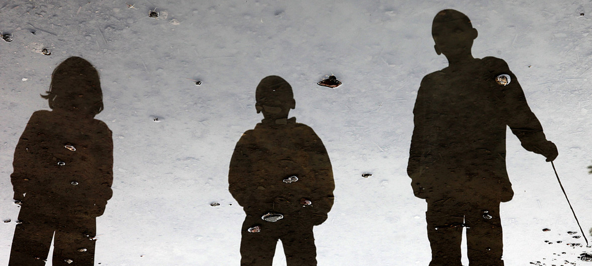 El reflejo de tres niños en un charco en la provincia de Wardak, en Afganistán.