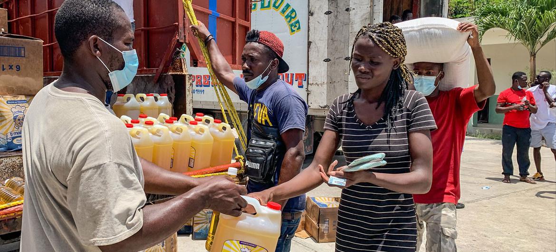 Distribución de alimentos a 3.000 personas en Camp Perrin, una de las zonas del sur de Haití afectadas por el terremoto.