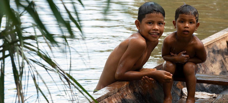 Niños indígenas en el Amazonas.