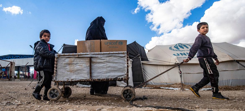 Una familia recibe ropa de UNICEF para el invierno en el campamento de Al-Hol, en el noreste de Siria.