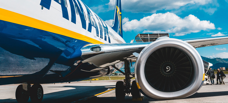 Pasajeros subiendo a un avión de Ryanair en la pista de un aeropuerto en Italia. (Foto de archivo).