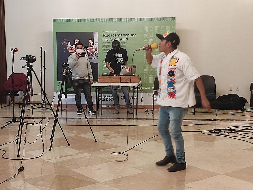José Antonio Andrés Bolaños, también conocido como Kipper, de 25 años, rapea en el Centro Cultural Los Pinos en la Ciudad de México.