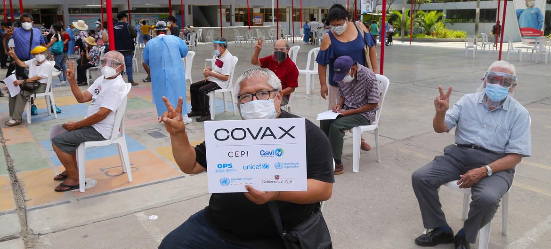 Personas de edad avanzada esperando recibir la vacuna contra la COVID-19 en un centro de vacunación en Lima, Perú.