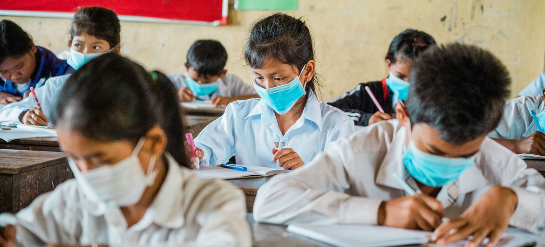 Alumnos en una escuela de Camboya durante la pandemia de COVID-19.