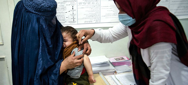 Una trabajadora de la salud atiende a un niño en la provincia de Parwan, en Afganistán en noviembre de 2020