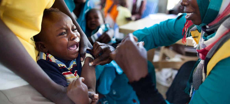 Un niño sudanés es vacunado contra la meningitis en Darfur. Foto de archivo: Albert González Farran/UNAMID