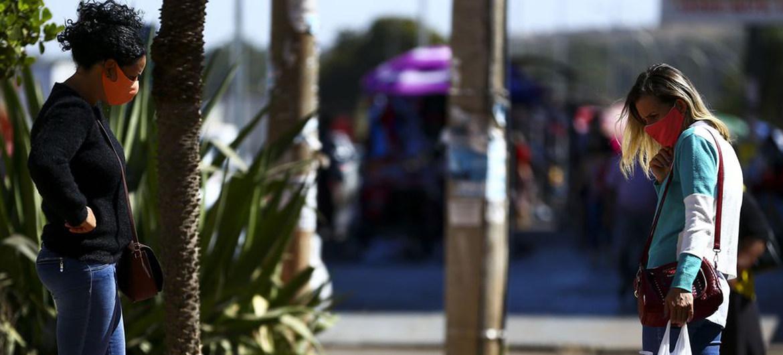 El COVID-19 ha dejado a muchas personas sin empleo. En la imagen, un vendedor ambulante en las calles de Brasilia, capital de Brasil.