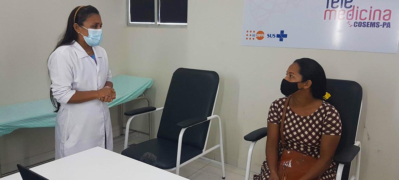 Una mujer en consulta médica en un hospital de Brasil