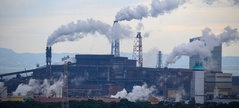 La contaminación atmosférica de las centrales eléctricas alimentadas con carbón está relacionada con el calentamiento global y otras consecuencias perjudiciales para el medio ambiente y la salud pública.