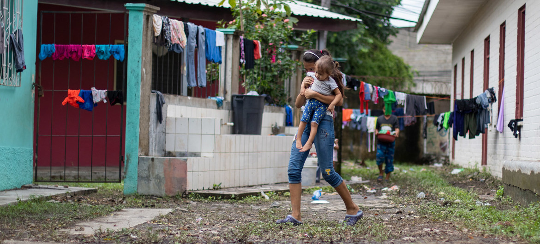 Una joven y su pequeña prima desplazadas por los huracanes Iota y Eta en Honduras.