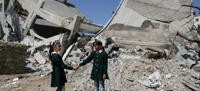 Alumnos frente a una escuela destruida en Gaza. Foto: UNICEF/yad El Baba